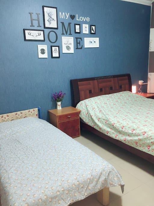 卧室的1张双人床、1张单人沙发床。