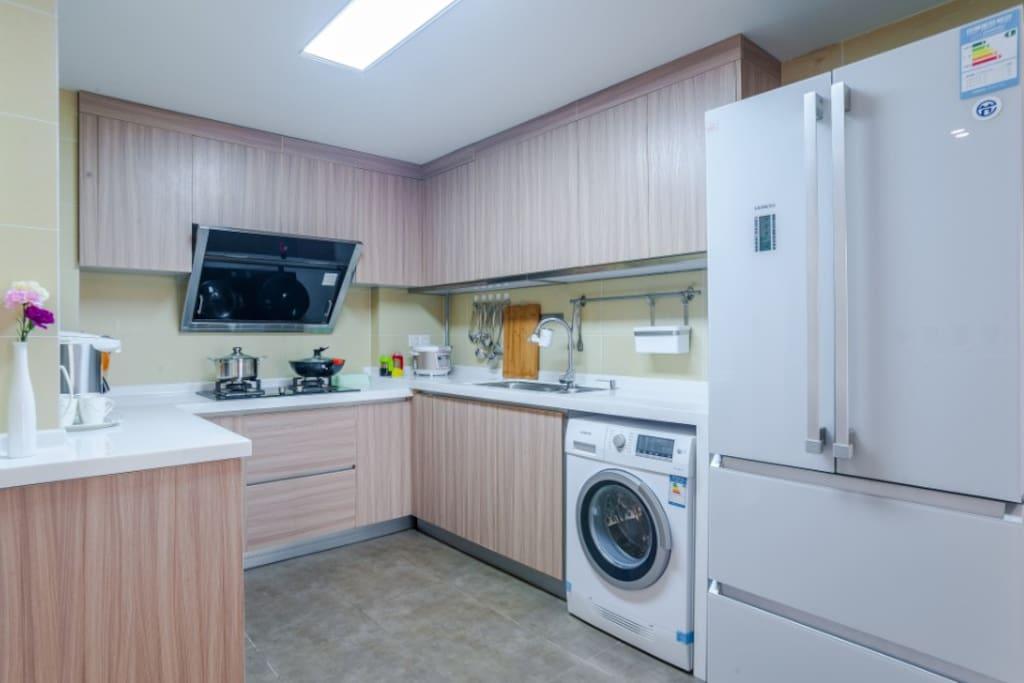 厨房~厨具餐具齐全,可做饭,西门子滚筒洗衣机,对开门冰箱,欧派高档油烟机,有净水器,电热水壶,茶杯水杯酒杯等。