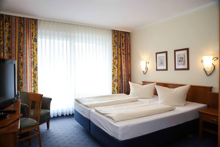 """Hotel-Gasthof """"Zur Linde"""" (Kipfenberg), Doppelzimmer mit kostenfreiem WLAN und Balkon"""