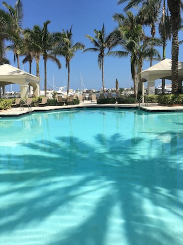 LUXURY APARTMENT NEAR BEACH AND DOWNTOWN !!!