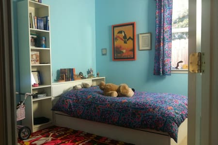 Cozy room, new kitchen, sunny gardn - Carmichael - Dom