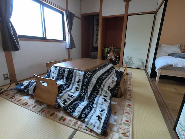 There is a kotatsu in the Japanese-style room. Kotatsu is warm and comfortable.  和室にコタツを設置しています。