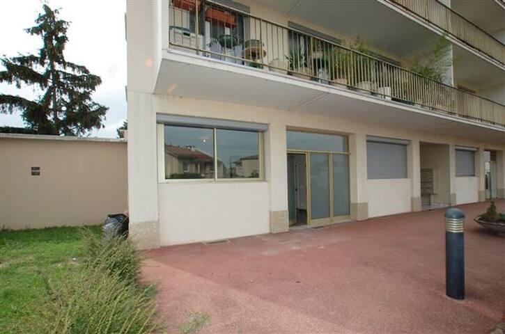 Appartement RDC à gauche de l'immeuble au 140