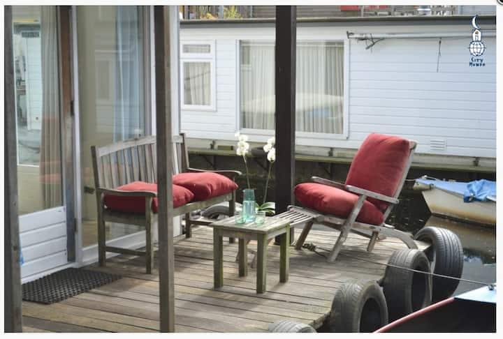 Houseboat Studio Sooki with patio and free bikes
