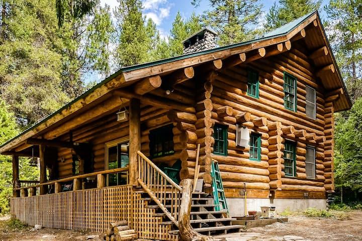 Riverfront log cabin w/private deck/wood-burning fireplace/firepit/WiFi/Netflix!