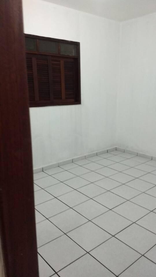 O quarto tem uma cama de solteiro, uma cômoda e ventilador.