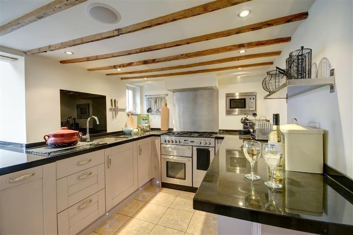 Well equipped kitchen, even for the most adventurous cook!