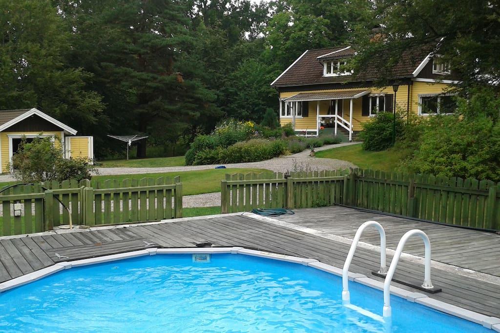Stor generös ombonad trädgård med uppvärmd pool, maj-september, beroende av väderlek
