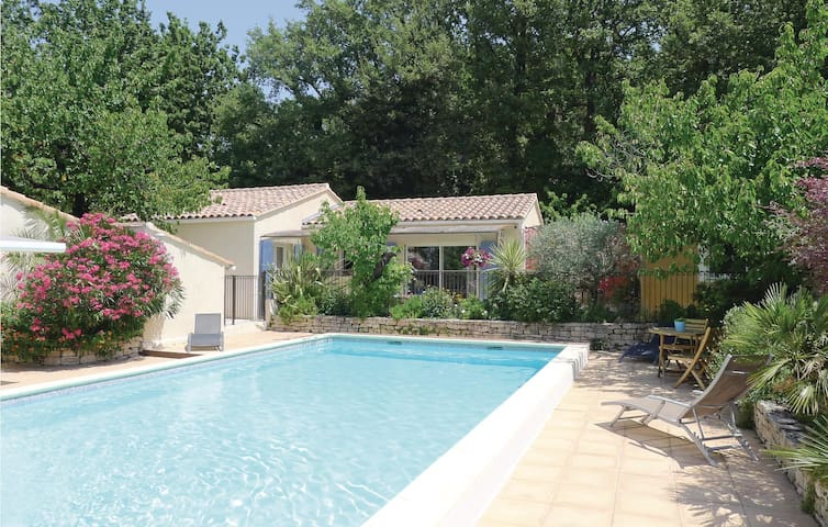 Holiday cottage with 2 bedrooms on 69 m² in Eyragues