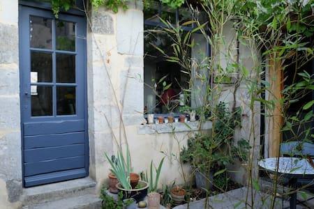 Maison d'artiste au coeur de Noyers - Noyers - Bed & Breakfast