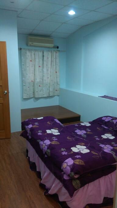 房內一隅有適合發呆納涼靜坐的小和室角落。