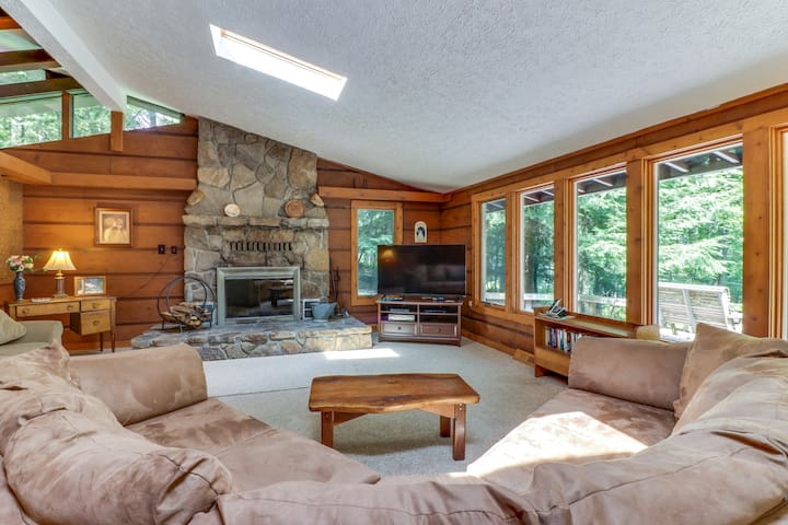 Cozy, split lakefront home w/ private hot tub & pool table - close to slopes!