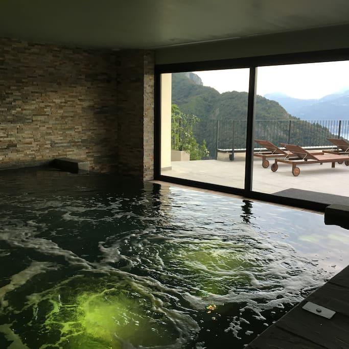 rilassiamoci nella calda acqua della piscina idromassaggio
