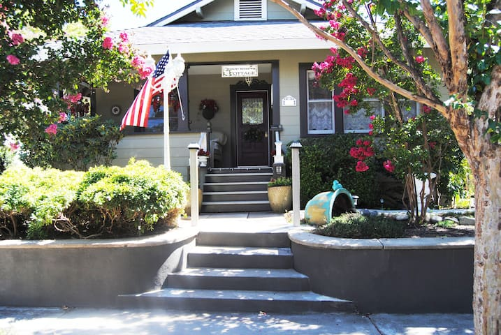 """RoddRose Cottage""  A true B&B experience - Roseville - Hus"