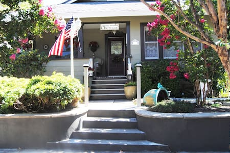 """RoddRose Cottage""  A true B&B experience - Roseville"