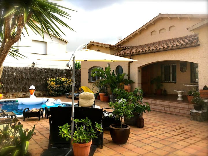 Beautiful villa with private pool - close to beach