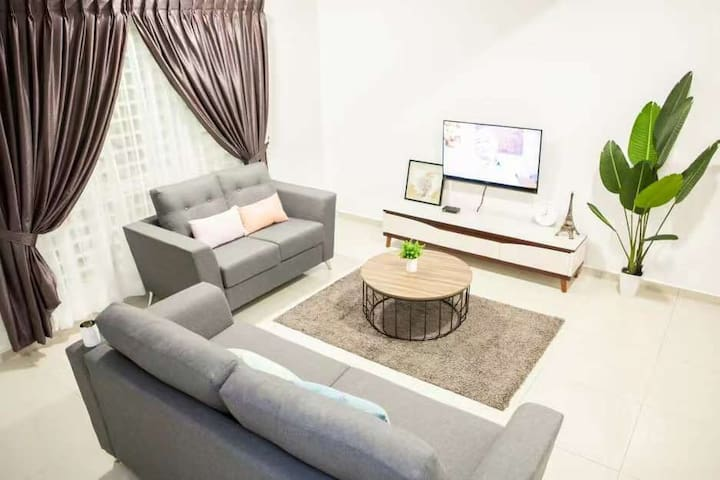 """""""House of Happiness"""" Spacious 2.5 Story Homestay"""