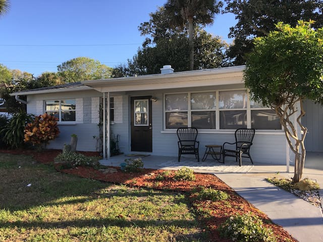 COZY BEACH BUNGALOW, BOOK NOW FOR MAY SPECIAL - Ormond Beach - House