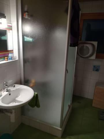 La salle de bain (avec cabine de douche) et les WC, à usage  partagé