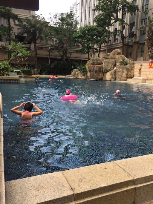 小区内设有免费游泳池