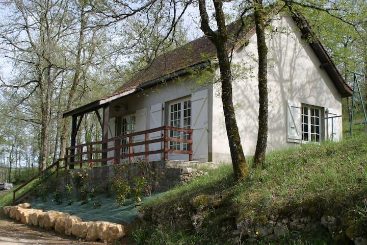 Maison T3 dans un domaine de 4 hectares + piscine.