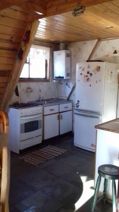 Cocina americana equipada con refrigerador,horno microonda, vajilla ,calentador electrico etc