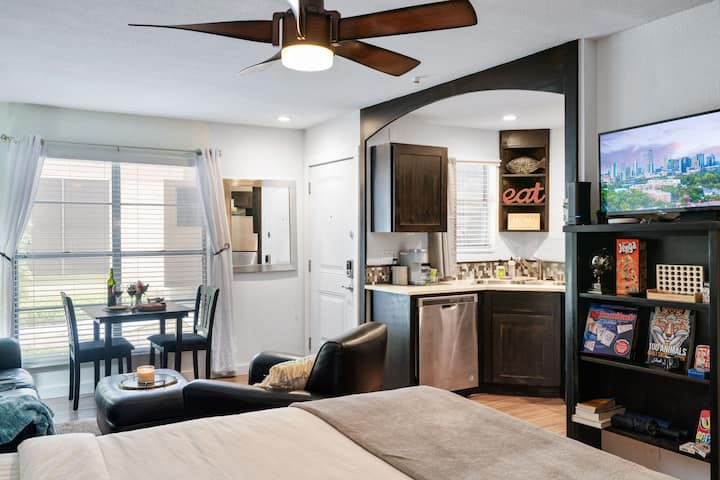 Close to Everything ★ Budget Studio Apt. ★ Clean & Sanitized