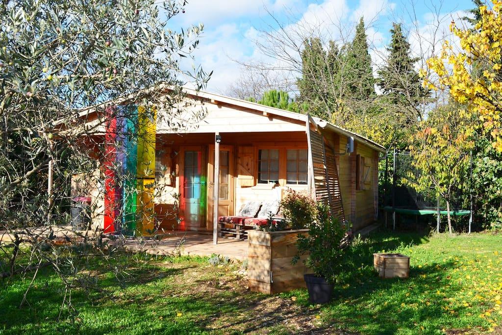 chalet d 39 art un jardin d 39 oliviers chalets louer pernes les fontaines provence alpes. Black Bedroom Furniture Sets. Home Design Ideas