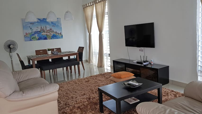 Elle's Homestay at Bandar Dato Onn + 8pax + WiFi