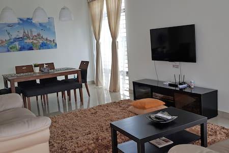 Elle's Homestay at Bandar Dato Onn + 8pax + WiFi