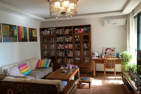 精装2室2厅1卫,紧邻地铁、南京南站,通行方便、居住温馨舒适安静。 - Nanjing - Pis