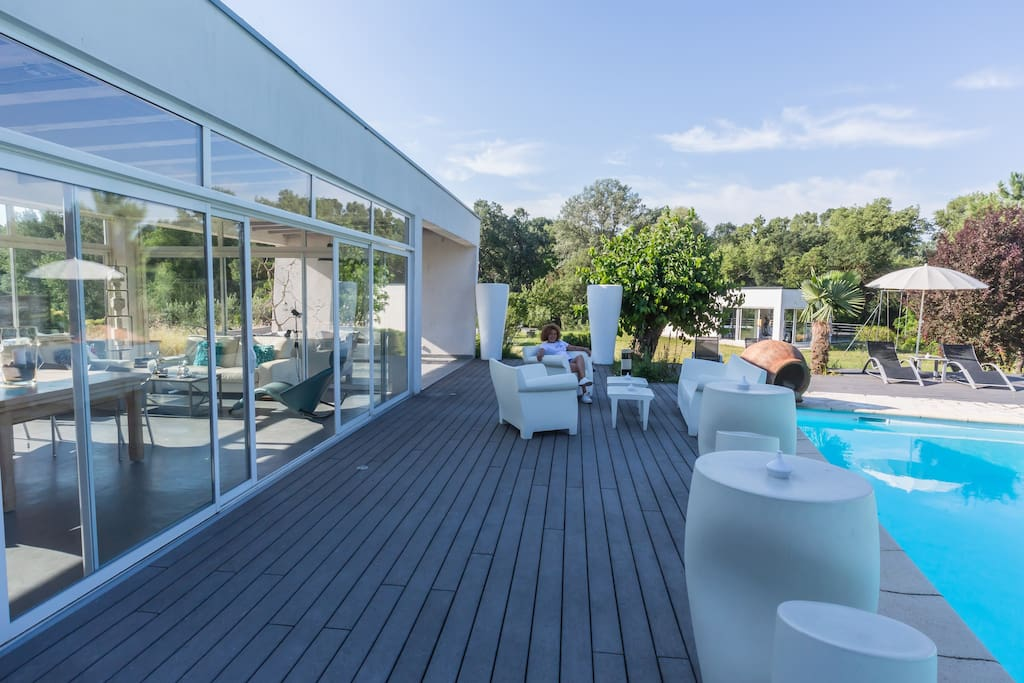 La terrasse de la piscine et son mobilier design