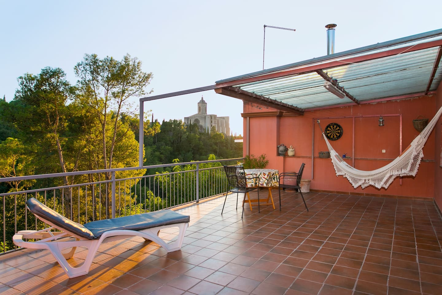 Quiet views next to downtown, a full terrace to enjoy the calm of the place