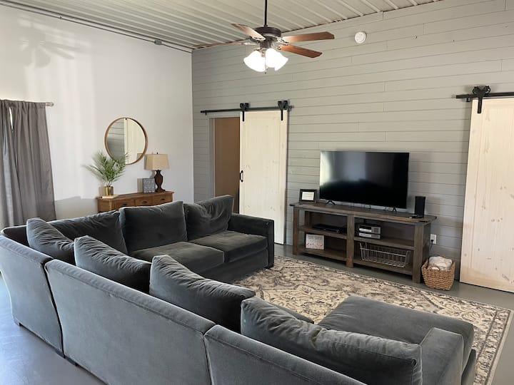 Deluxe Barndominium |  King bed + Pkg