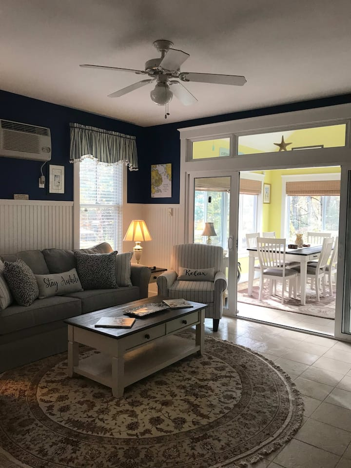 Cottage 104, Cottage by the Sea, Perfect for Couples and Families!