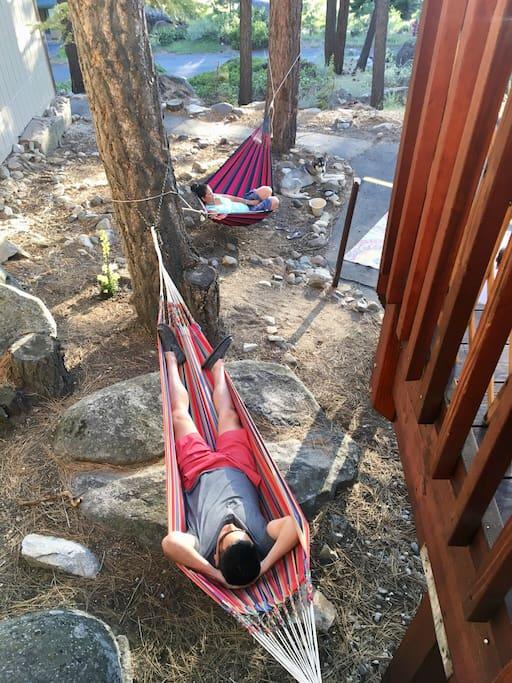 2 very comfortable hammocks for a quiet siesta.