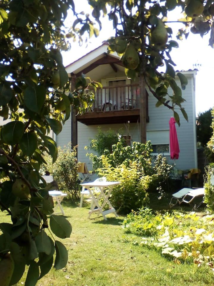 Cette petite maison vous accueillera dans le calme et la verdure près d'un petit cours d'eau