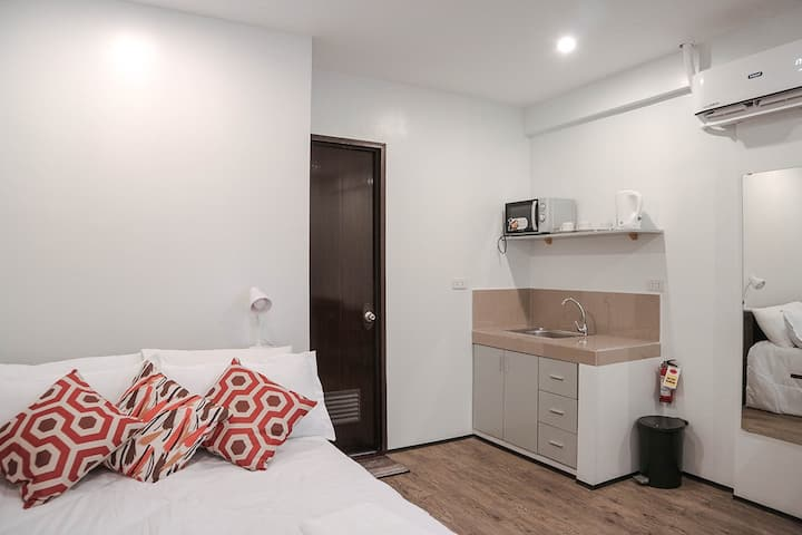 Convenient Travelers Studio Apartment in Makati