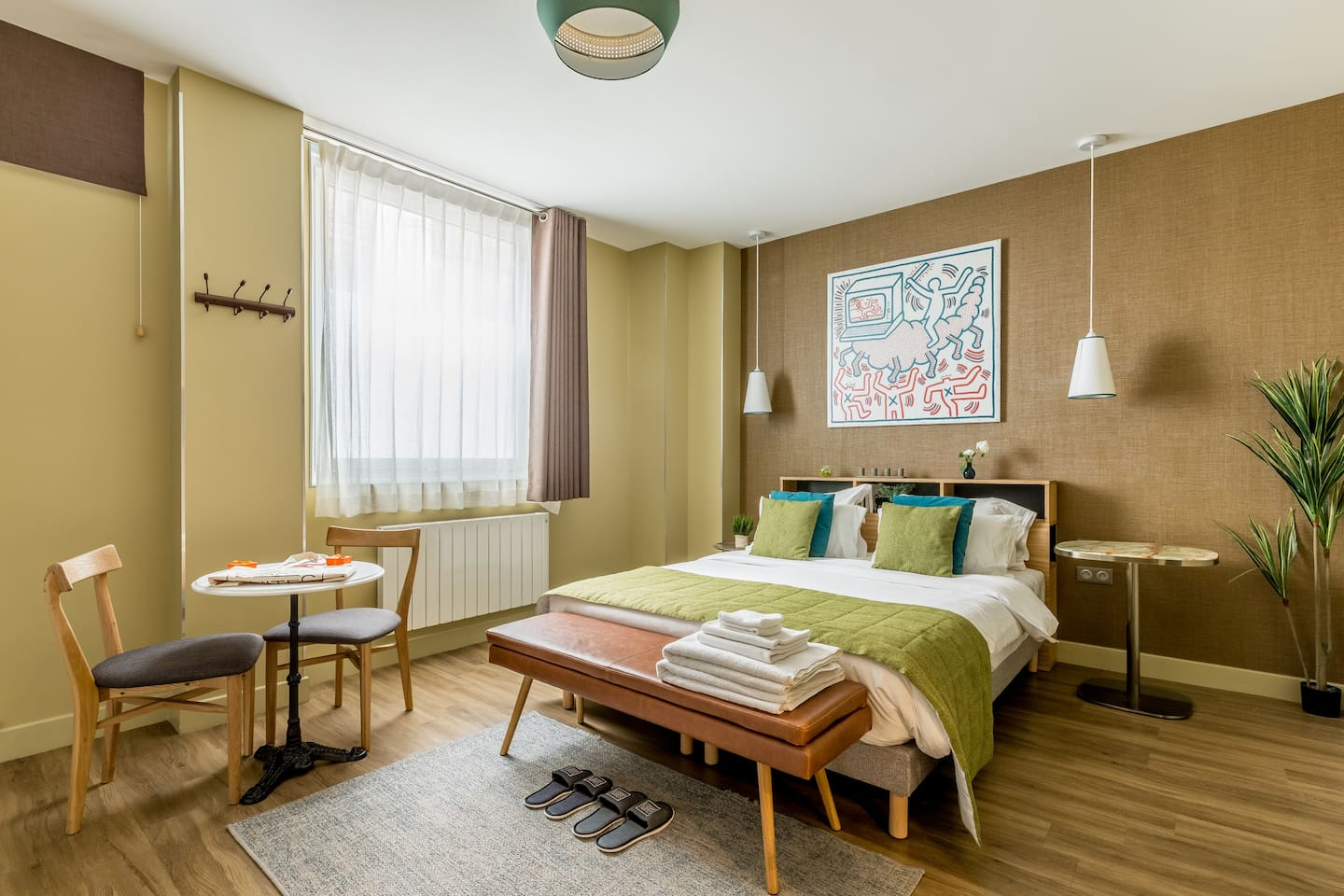 Comfortable queen size bed (160cmx190cm), TV and a desk