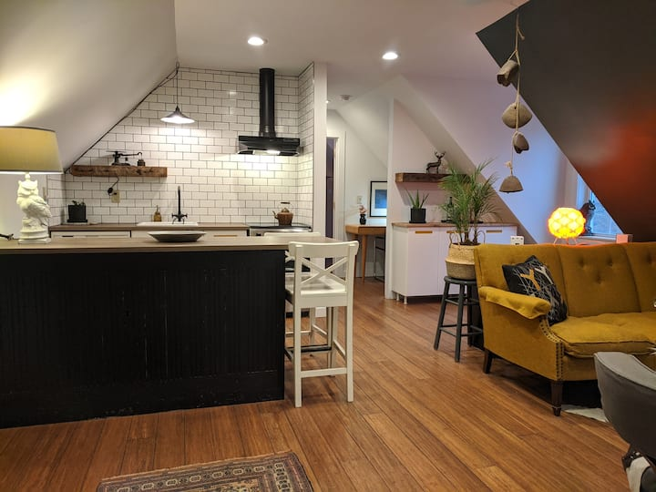 Carriage House Apartment, Private, Trails Nearby.