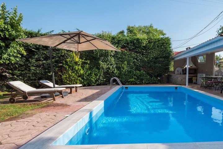 Pineforest Villa pool and BBQ w/ a splash of glam
