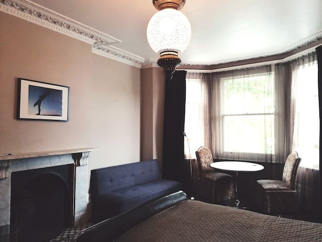 Large, spacious King bedroom near to Oval & zone 1