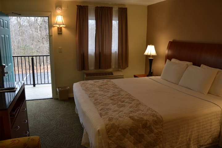 Cascades Inn, Private Entrance Room w/King bed, Private Bath, near IU!