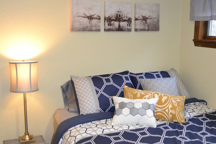 Cozy and comfortable Queen bed