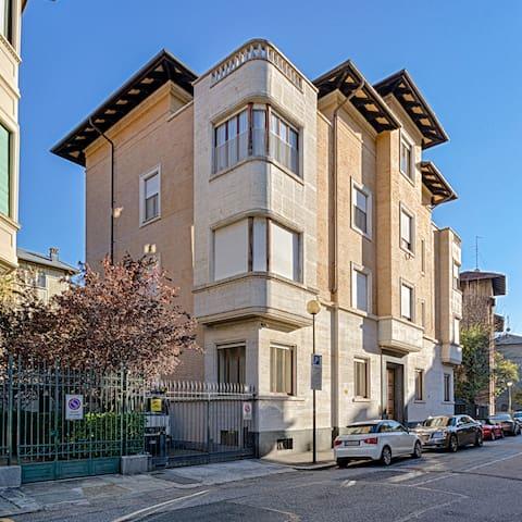 Edificio di grande fascino. L'appartamento si trova al piano rialzato e si affaccia sulla via e sul cortile.