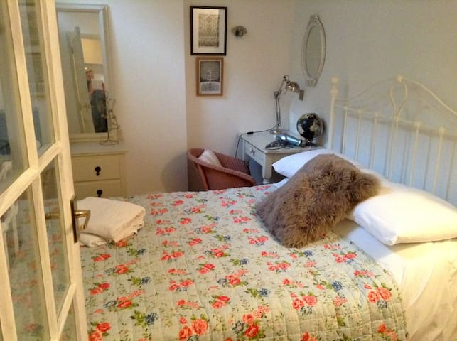 Comfortable Double Room Ensuite in Character House