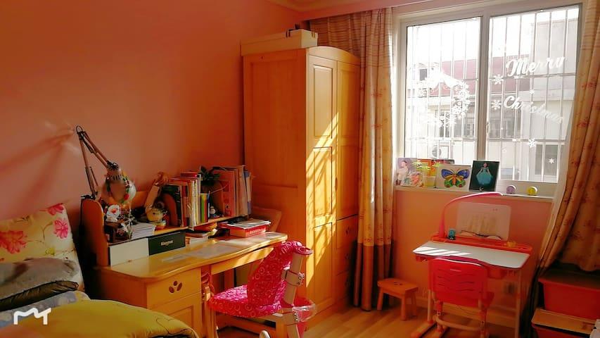粉色少女, 朝南房间,温暖的阳光撒进来