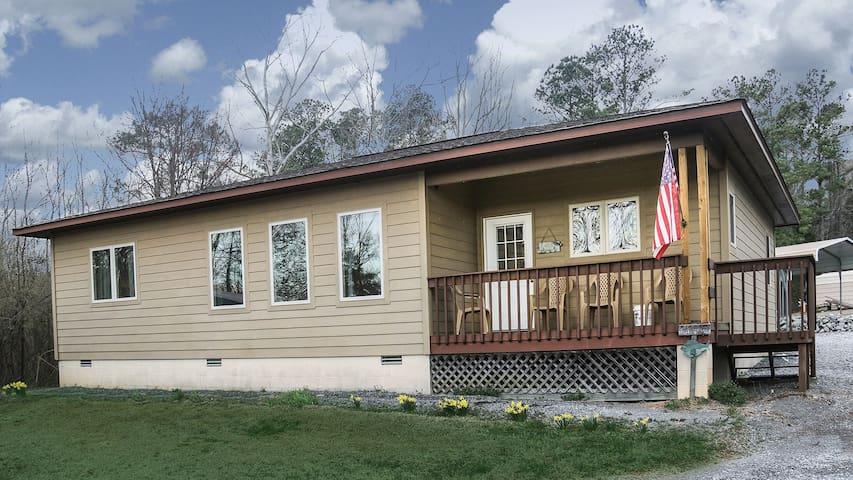 Lunker Lodge! Cleanest Cabin ~ WIFI ~ Pets