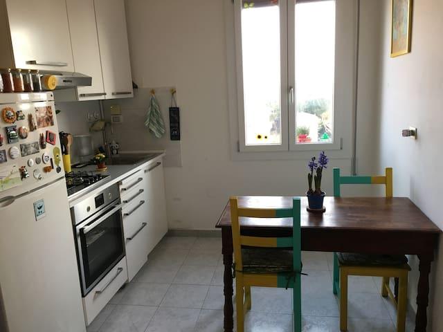 La cucina è piccola ma molto funzionale, la luce che entra dalla finestra rende l'atmosfera rilassante