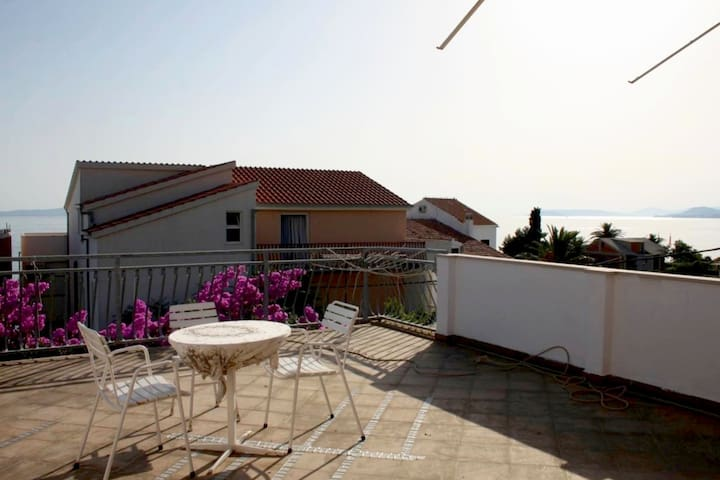 Two story apartment right next to the beach - Podstrana - Apartamento